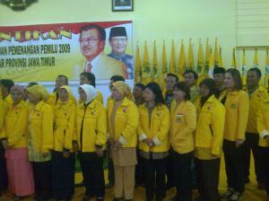 Eva di tengah-tengah Caleg Perempuan Partai Golkar Jawa Timur